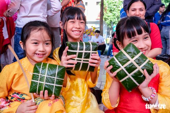 Hoa hậu Tiểu Vy lần đầu gói bánh chưng tặng trẻ em vùng cao - Ảnh 5.