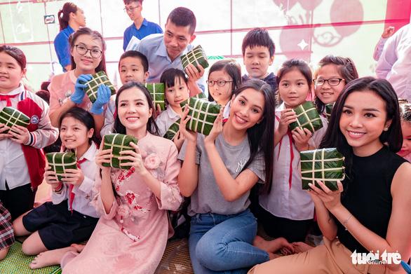 Hoa hậu Tiểu Vy lần đầu gói bánh chưng tặng trẻ em vùng cao - Ảnh 4.