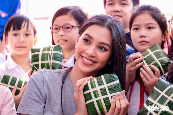 Hoa hậu Tiểu Vy lần đầu gói bánh chưng tặng trẻ em vùng cao - Ảnh 3.