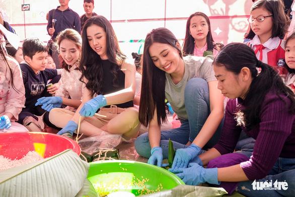 Hoa hậu Tiểu Vy lần đầu gói bánh chưng tặng trẻ em vùng cao - Ảnh 1.