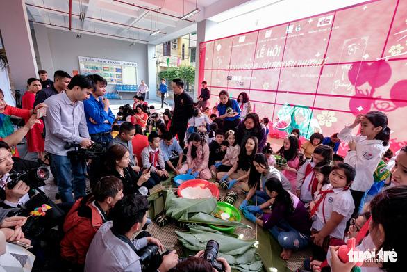 Hoa hậu Tiểu Vy lần đầu gói bánh chưng tặng trẻ em vùng cao - Ảnh 2.
