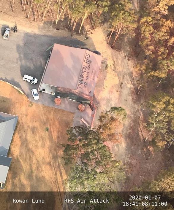 Trẻ em vẽ tranh, người lớn viết lời cảm ơn trên mái nhà dành cho lính cứu hỏa - Ảnh 2.