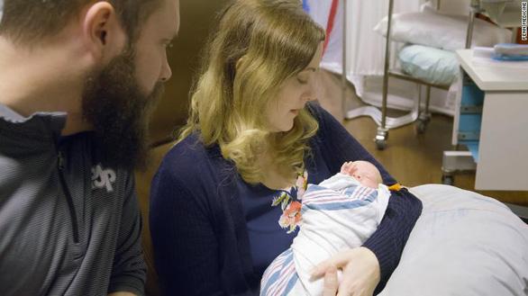 Em bé thứ hai ra đời nhờ tử cung hiến của người chết - Ảnh 1.