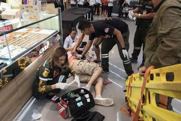Xả súng cướp vàng trong trung tâm thương mại, 3 người chết - Ảnh 1.