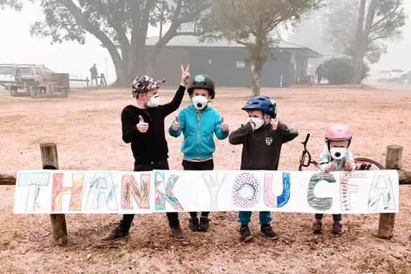 Trẻ em vẽ tranh, người lớn viết lời cảm ơn trên mái nhà dành cho lính cứu hỏa - Ảnh 3.