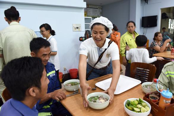 40 gia đình công nhân vệ sinh được cao thủ nấu phở số 1 bưng phở tận bàn - Ảnh 9.