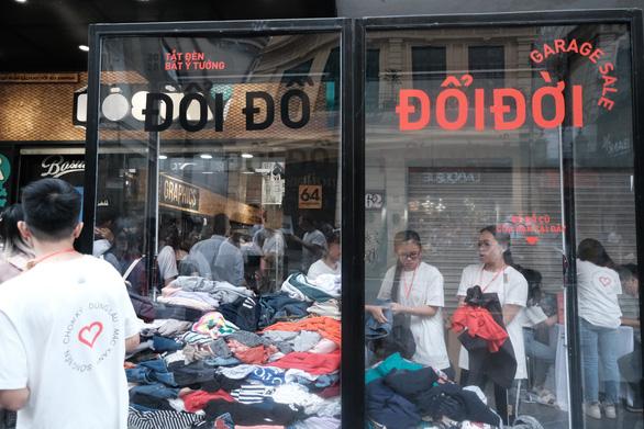 Hàng trăm bạn trẻ xếp hàng đổi đồ - đổi đời thời trang - Ảnh 4.