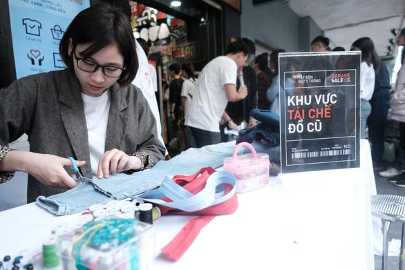 Hàng trăm bạn trẻ xếp hàng đổi đồ - đổi đời thời trang - Ảnh 8.