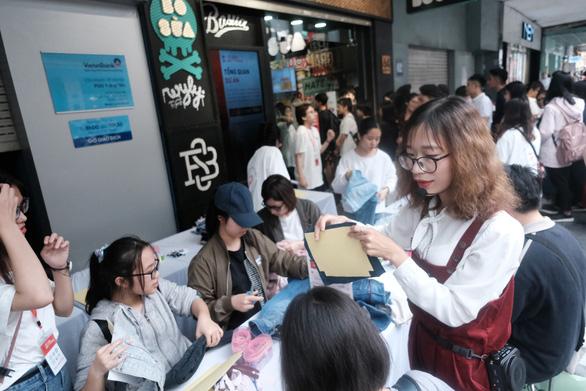 Hàng trăm bạn trẻ xếp hàng đổi đồ - đổi đời thời trang - Ảnh 9.