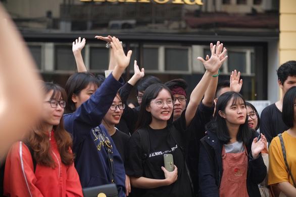 Hàng trăm bạn trẻ xếp hàng đổi đồ - đổi đời thời trang - Ảnh 2.