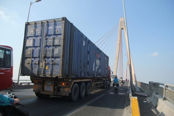 Cấm xe trên 16 tấn qua cầu Rạch Miễu theo giờ từ 17-1 - Ảnh 1.
