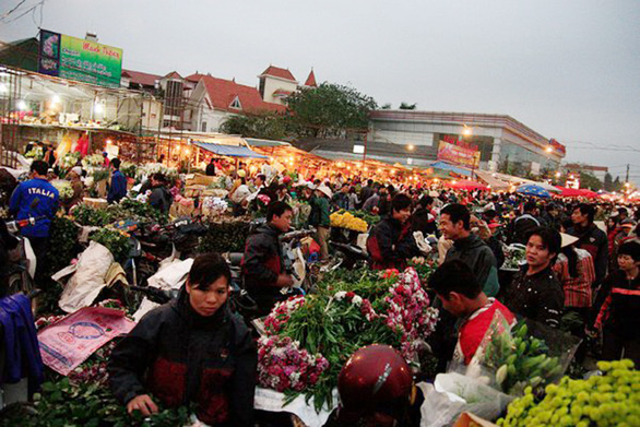 Một vòng chợ hoa tết Quảng Bá - Ảnh 1.