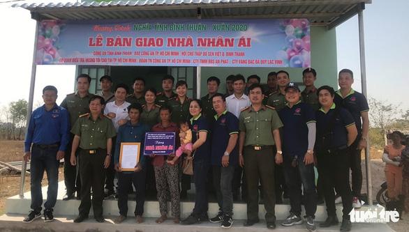 Đoàn thanh niên Công an TP.HCM trao quà tết vùng khó khăn tỉnh Bình Thuận - Ảnh 1.