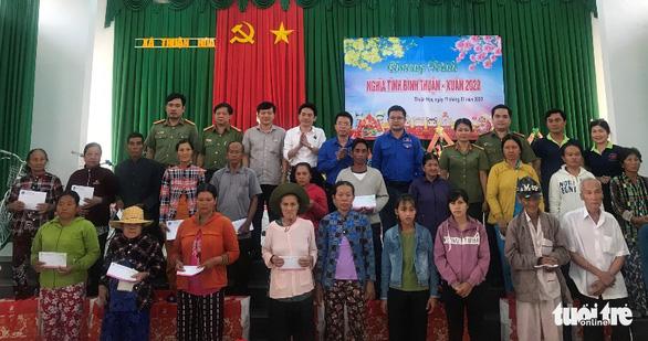 Đoàn thanh niên Công an TP.HCM trao quà tết vùng khó khăn tỉnh Bình Thuận - Ảnh 2.