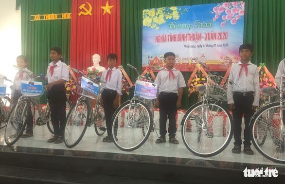Đoàn thanh niên Công an TP.HCM trao quà tết vùng khó khăn tỉnh Bình Thuận - Ảnh 3.