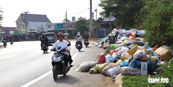 Rác tràn ngập trung tâm thành phố Bảo Lộc - Ảnh 1.