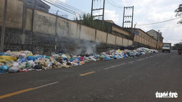 Rác tràn ngập trung tâm thành phố Bảo Lộc - Ảnh 2.