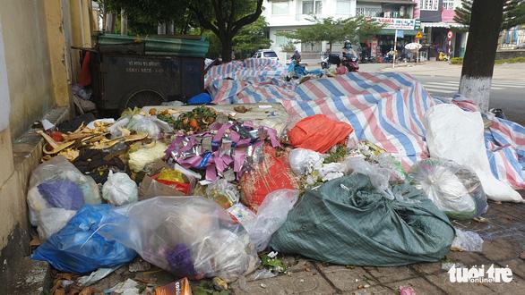 Rác tràn ngập trung tâm thành phố Bảo Lộc - Ảnh 3.