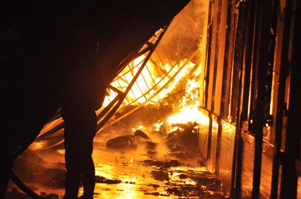 Điều cả xe chữa cháy sân bay dập lửa kho hàng bốc cháy trong đêm - Ảnh 1.