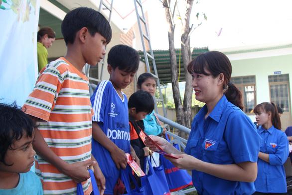 600 suất quà xuân đến với học trò nghèo Tây Nguyên - Ảnh 2.