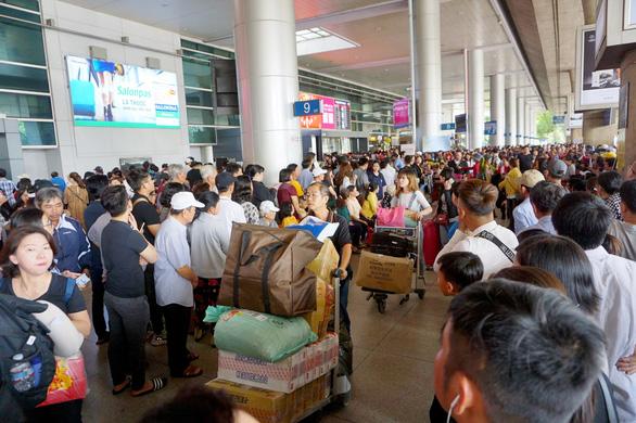 Hai đối tượng giả dạng đón kiều bào ở sân bay Tân Sơn Nhất để móc túi - Ảnh 1.