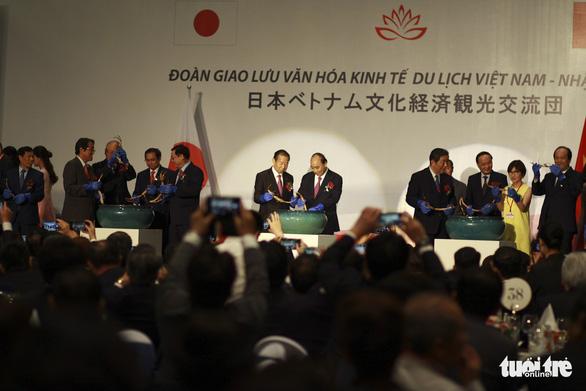 Tổng thư ký Đảng Dân chủ tự do Nhật Bản trồng sen cổ, thắt chặt quan hệ Việt - Nhật - Ảnh 1.