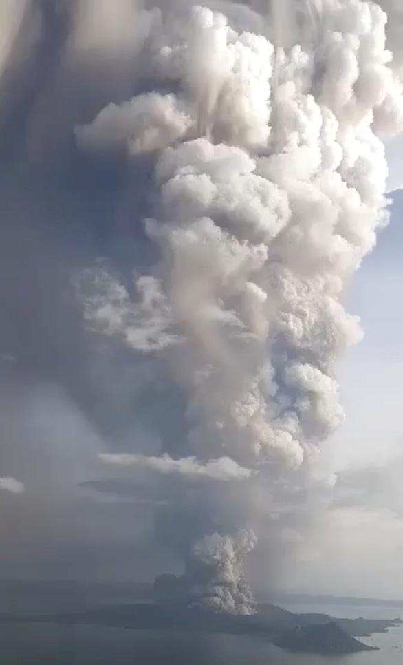 Núi lửa thức giấc sau 40 năm, Philippines đóng cửa sân bay ở Manila - Ảnh 1.