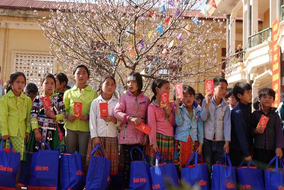 800 phần quà tết của bạn đọc Tuổi Trẻ đến với học sinh nghèo Tây Bắc - Ảnh 4.