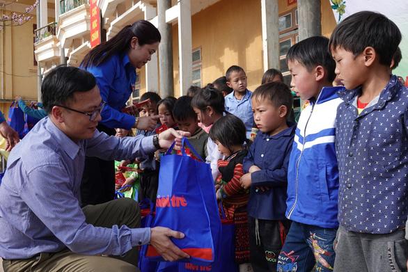 800 phần quà tết của bạn đọc Tuổi Trẻ đến với học sinh nghèo Tây Bắc - Ảnh 3.