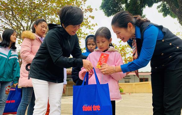 800 phần quà tết của bạn đọc Tuổi Trẻ đến với học sinh nghèo Tây Bắc - Ảnh 1.