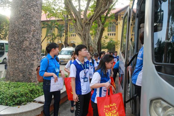 Hàng ngàn sinh viên về quê ăn tết được miễn phí tiền xe, được tặng quà và lì xì - Ảnh 1.