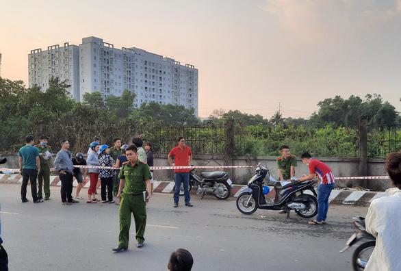 Dập lửa ở khu đất ven đường quận Bình Tân, phát hiện thi thể nam giới - Ảnh 2.