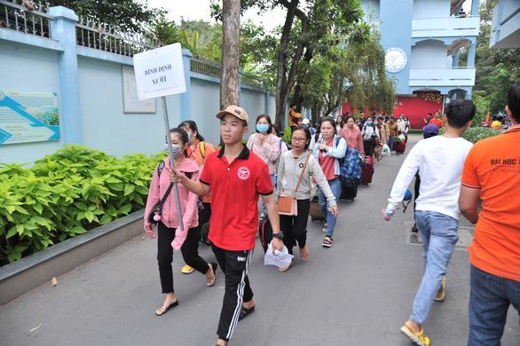 Hàng ngàn sinh viên về quê ăn tết được miễn phí tiền xe, được tặng quà và lì xì - Ảnh 4.