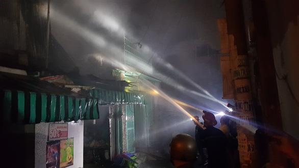 Dãy 9 kiôt và một căn nhà ở Bình Tân bốc cháy trong đêm - Ảnh 3.