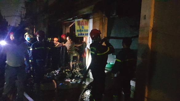 Dãy 9 kiôt và một căn nhà ở Bình Tân bốc cháy trong đêm - Ảnh 4.