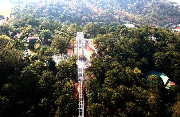 Xây cầu đáy kính không phép cao 28m giữa Thung lũng tình yêu - Ảnh 1.