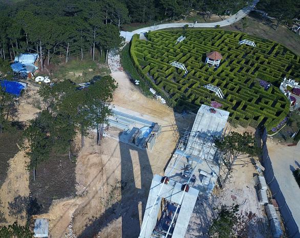 Xây cầu đáy kính không phép cao 28m giữa Thung lũng tình yêu - Ảnh 2.