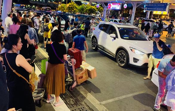 Mật phục bắt kẻ móc túi hành khách ở sân bay Tân Sơn Nhất - Ảnh 1.