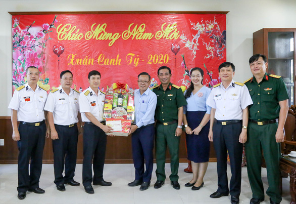 Đoàn đại biểu TP.HCM thăm, chúc tết Bộ tư lệnh Vùng 2 và Lữ đoàn 125 Hải quân - Ảnh 1.