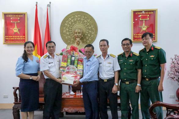 Đoàn đại biểu TP.HCM thăm, chúc tết Bộ tư lệnh Vùng 2 và Lữ đoàn 125 Hải quân - Ảnh 2.