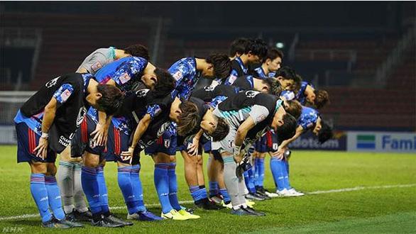 Các thành viên U23 Nhật Bản xấu hổ sau cú sốc bị loại sớm - Ảnh 1.