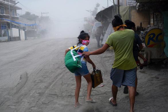 Tro núi lửa Taal đè sập nhà dân, cảnh báo nguy cơ sóng thần - Ảnh 4.