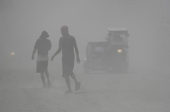 Tro núi lửa Taal đè sập nhà dân, cảnh báo nguy cơ sóng thần - Ảnh 1.