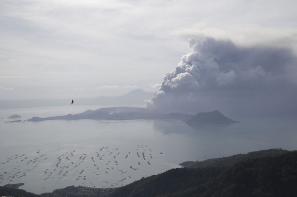 Tro núi lửa Taal đè sập nhà dân, cảnh báo nguy cơ sóng thần - Ảnh 6.