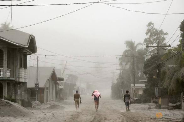 Tro núi lửa Taal đè sập nhà dân, cảnh báo nguy cơ sóng thần - Ảnh 2.