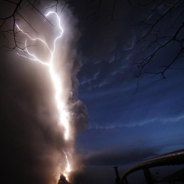 Tro núi lửa Taal đè sập nhà dân, cảnh báo nguy cơ sóng thần - Ảnh 3.