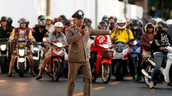 Bị dân phản đối, Thái Lan thôi chặn đường khi có đoàn xe hộ tống hoàng gia - Ảnh 1.