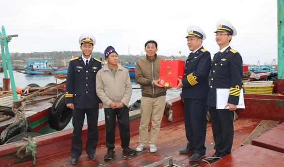 Bộ tư lệnh Vùng 1 Hải quân thăm, tặng quà Tết chiến sĩ, ngư dân - Ảnh 1.