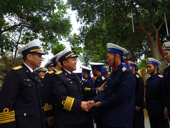 Bộ tư lệnh Vùng 1 Hải quân thăm, tặng quà Tết chiến sĩ, ngư dân - Ảnh 3.