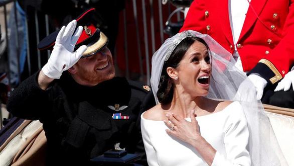 Nữ hoàng Anh ủng hộ vợ chồng hoàng tử Harry có cuộc sống mới - Ảnh 1.